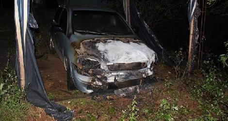[ Carro é incendiado no bairro São Jorge, em Medeiros Neto ]