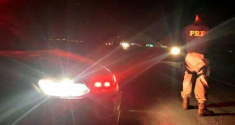 [ Grupo intercepta guincho para retomar caminhão apreendido pela polícia ]