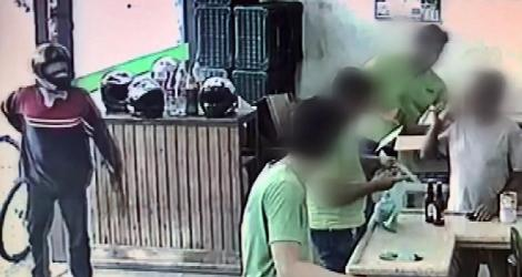 [ Homem anuncia assalto, mas é ignorado por vítimas e desiste do crime em MG; VÍDEO ]