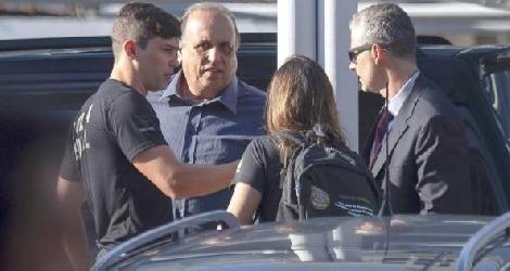 [ O governador Pezão é conduzido por agentes à sede da Polícia Federal ]