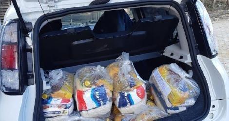 [ Projeto Ame Mais e parceiros distribuem cestas básicas a famílias de Medeiros Neto ]
